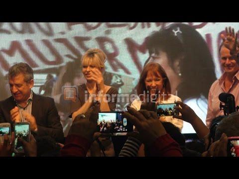 <b>Acto en Paran�.</b> Karina Rabolini emocionada, pidi� el voto por Scioli y Zannini