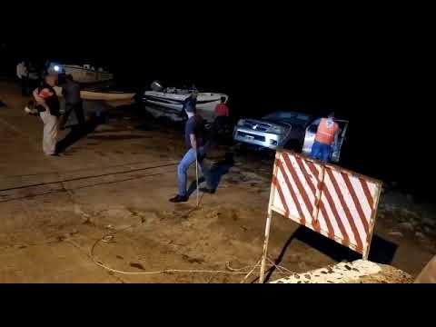 Camioneta terminó sumergida en el río cuando bajaba una lancha