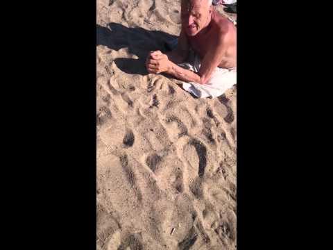 Женщина дрочит на пляже посторонним ))))