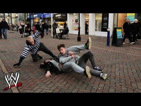 فيديو: شباب يفزعون المارة بحركات أبطال المصارعة في شوارع إنجلترا
