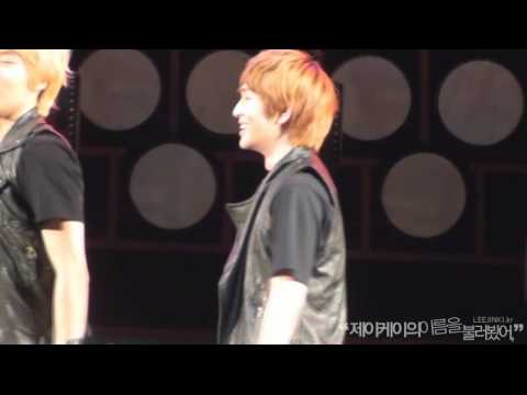 [FANCAM] 110804 Cute Cute Onew smiling during Replay @ W0rld Percu$$sion Festiv@l