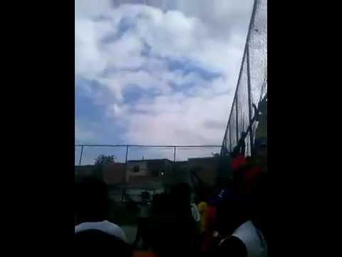 لاعبو فريق هواة برازيلي يحتفلون بالتسجيل بإطلاق الرصاص في الهواء