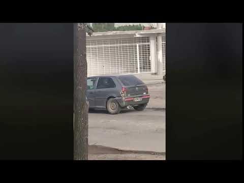 ¿Hubo maltrato animal? El conductor de un auto llevaba de tiro a un caballo