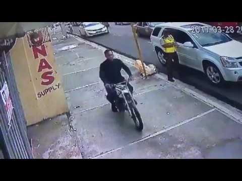 Una mujer fue objeto de un  asalto de parte de un motorista mientras caminaba por una calle frente a un agente de la Autoridad Metropolitana de Transporte (Amet), quien no pudo evitar la acción que fue captada en un video que circula por las redes social