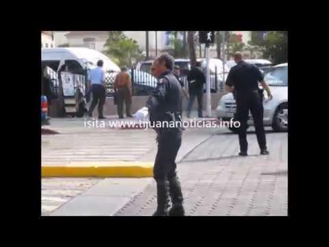 POLICIA  MUNICIPAL BAILA DIRIGIENDO EL TRAFICO EN TIJUANA INNOVADORA