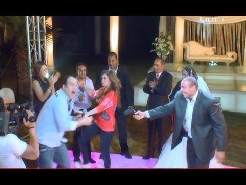 لعنة الفرحنا -  ياسمين نيازي تضرب مذيع البرنامج بالشلوت