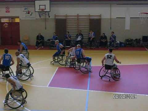 Partita di basket con atleti in sedia a rotelle Partita di basket con atleti in sedia a rotelle che giocano su una pavimentazione sportiva in Linoleum adatta a tutte le discipline sportive come basket, volley, pattinaggio, calcetto, hockey