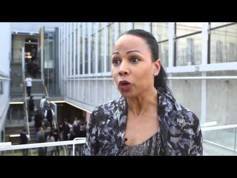 Kultur- och demokratiminister Alice Bah Kuhnke kommenterar årets ALMA-pristagare Meg Rosoff