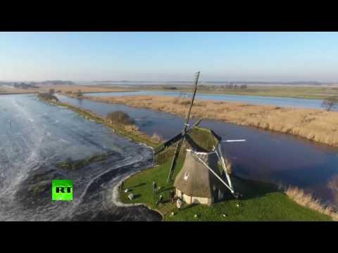Голландцы устроили на затопленном поле каток