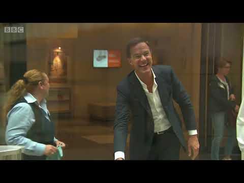 Thủ tướng Hà Lan tự lau dọn cà phê bị đổ khi đi họp