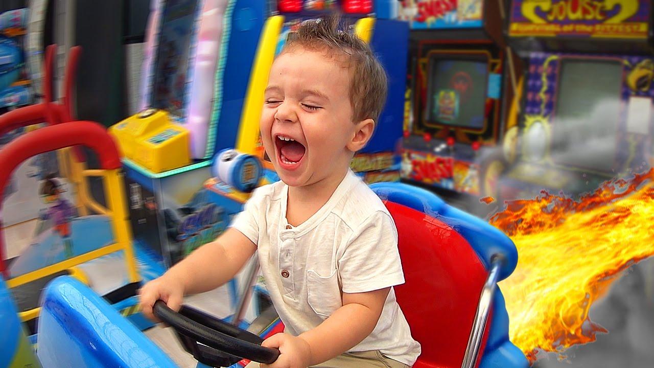 Carro de Brinquedo no Parque de Diversão - Toys Park Playground Fun for Kids