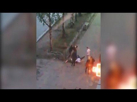В Сыктывкаре двое молодых парней нокаутировали своих обидчиков и стали добивать их прямо на улице