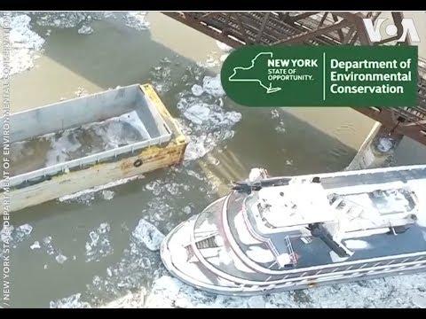 Tàu thuyền trôi dạt trên sông Hudson (VOA)