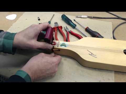 Byte av gummiband på bygelgitarr