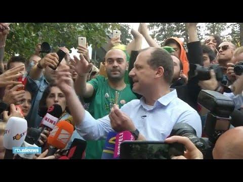 Georgische presidentskandidaat deelt joints uit en wordt gearresteerd - RTL NIEUWS