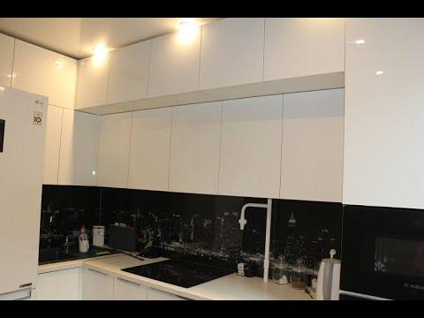 Черно-белая кухня до потолка photo
