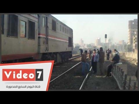 """بالفيديو.. السكك الحديدية تستعين بـ""""ديزل بنها"""" بعد تعطل قطار القاهرة"""