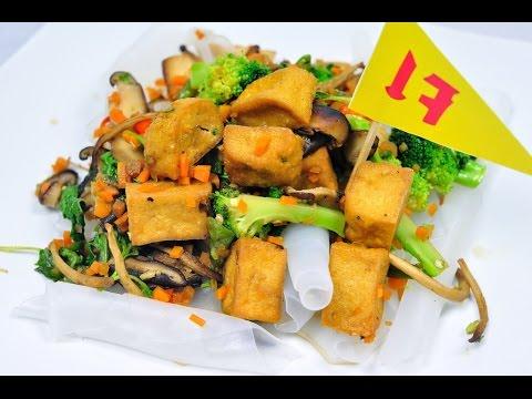 เซี่ยงไฮ้กะเพราเจ (อาหารเจ) Stir-Fried Shanghai Noodle with Basil - foodtraveltvchannel