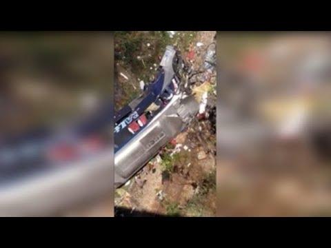 Al menos 16 muertos y 27 heridos al caer un autobús de un viaducto en Brasil