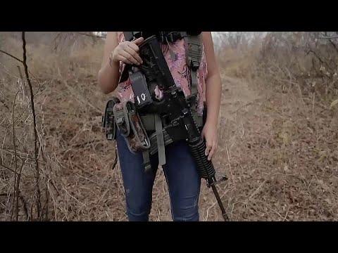 Mujeres mexicanas toman las armas para proteger a sus familias del narcotráfico en Michoacán