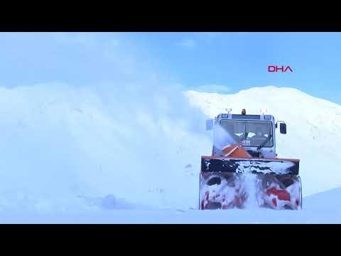 Kar kalınlığının yarım metre olduğu Tunceli'de, küreme makineleriyle yoğun mesai
