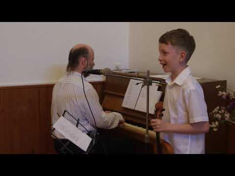velice nadaný Vojtíšek zpívá a hraje na housle...