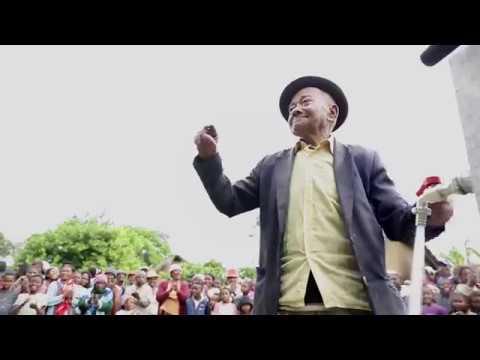 Rent vatten kommer till byn Belavabary på Madagaskar