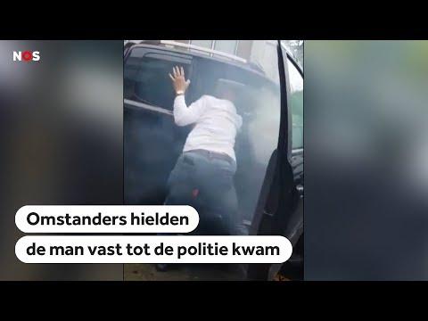 ROTTERDAM: Omstanders overmeesteren man die inrijdt op meerdere autos