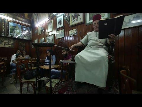 الحكواتي التقليدي يردد صدى الحكايات العتيقة في مقاهي دمشق