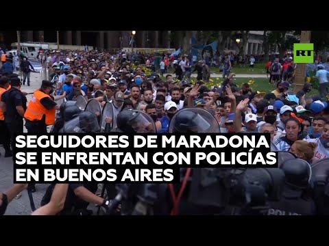 Seguidores de Maradona se enfrentan con policías en Buenos Aires
