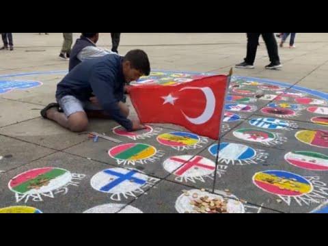 Almanya'daki Sokak Sanatçısı: Türkler Bayraklarını Yere Çizmemi İstemiyor
