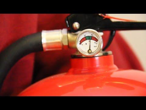 Slik skifter du batteri i røykvarsleren og sjekker brannslokkingsapparatet