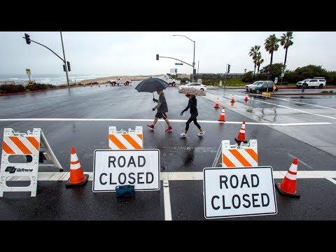 Mưa bão lớn, nhiều nơi ở Orange County bị lụt và đường bị đóng