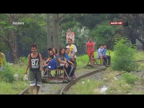Đẩy xe trên đường rầy, nghề mưu sinh nguy hiểm ở Philippines