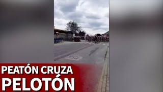 Pudo acabar en tragedia: un peatón se cruza justo cuando pasa el pelotón de ciclistas | Diario AS