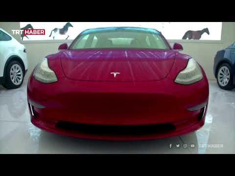 Tesla'ya ilginç protesto: Fuarda arabanın üzerine çıkarak bağırdı