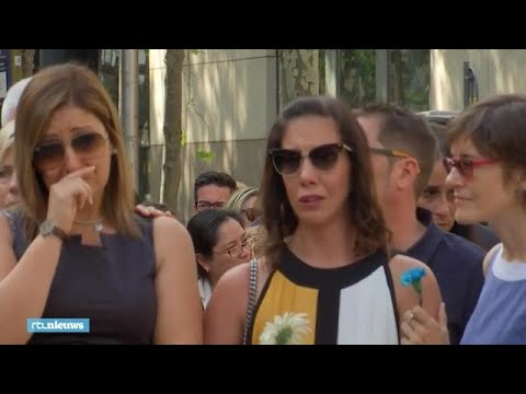 Emotionele herdenking van aanslagen Barcelona en Cambrils - RTL NIEUWS