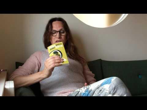 Nadja Karlsson läser ett stycke ur boken Sodomsäpplet