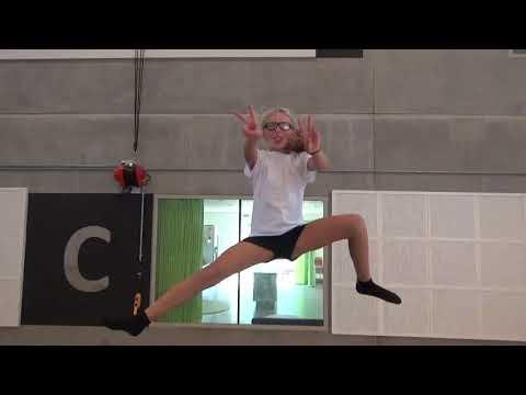 Irma tester sportsbrillerne til gymnastik