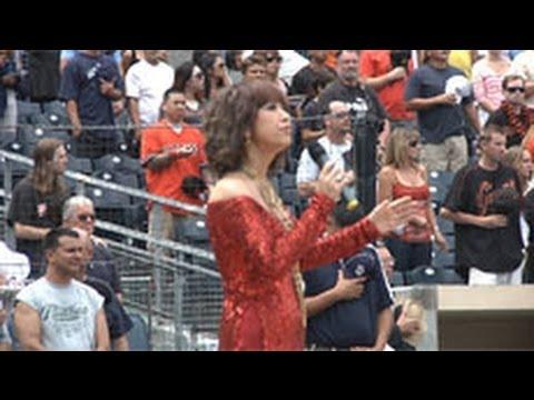 Ý Lan hát quốc ca trước trận baseball nhà nghề Mỹ (Monday, Sep 05, 2011)