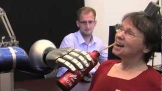 癱瘓的婦女用思維控制機械手 -