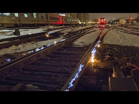 Trời lạnh cóng, hệ thống đường rầy ở Chicago được đốt lửa phá băng