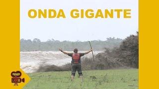就算面對洪水,這名巴西主播依然是要表現出「專業」的精神...