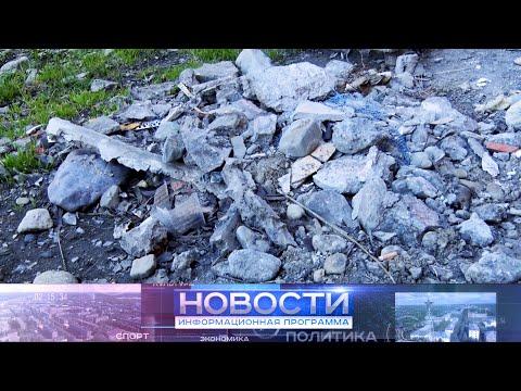 После капитального ремонта кровли и фасада рядом с домом Полярная 12  кучи строительного мусора.
