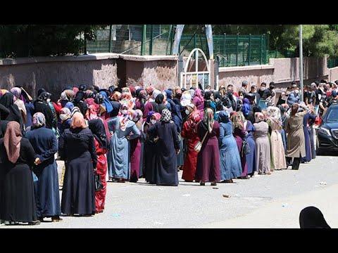 Şanlıurfa'da, PTT'ye dönüştürülen okul önünde uzun kuyruklar oluştu... Sosyal mesafe hiçe sayıldı
