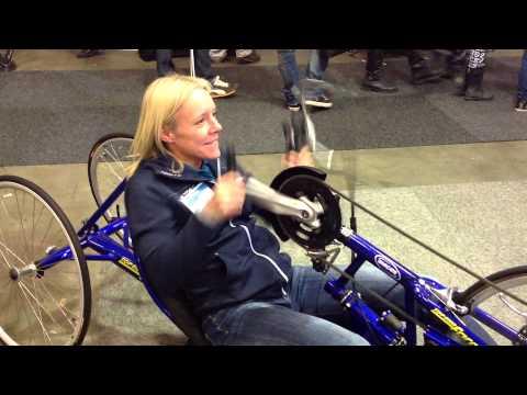 Anna Enoccson fd. MTB cyklist kör handcykel på Sweden Bike Expo 2013