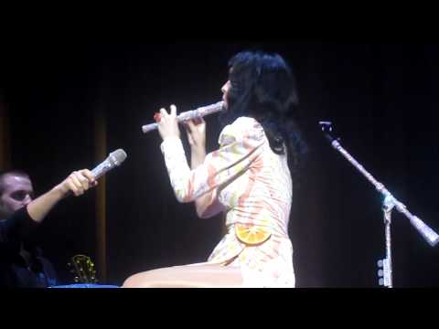 Katy Perry Fails At Playing Flute