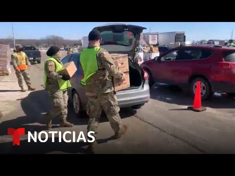 La Guardia Nacional de Texas entrega víveres a los damnificados por la tormenta | Noticias Telemundo