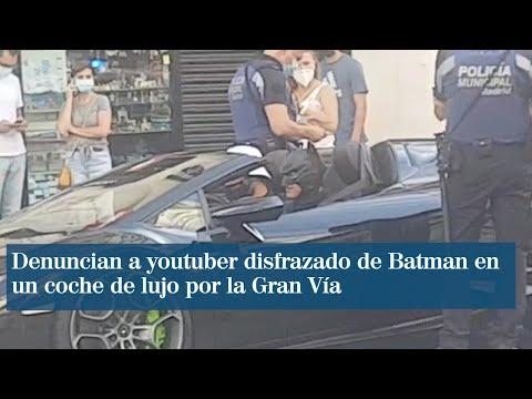 Denuncian a un youtuber disfrazado de Batman en un coche de lujo por la Gran Vía