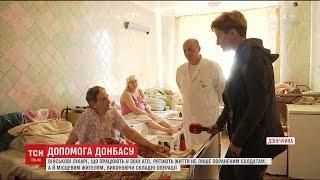 Героические военные врачи спасают обычных жителей Донбассе на фронте